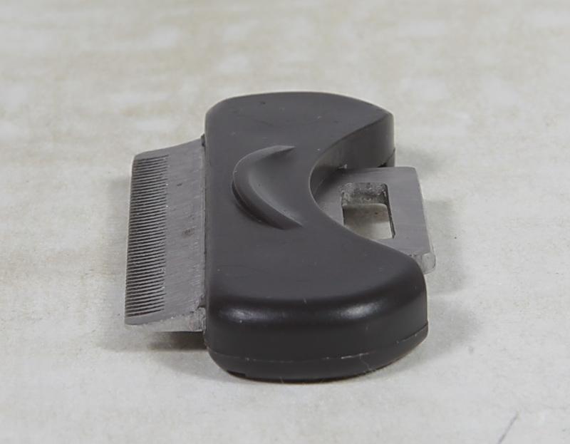 Грабли и зубцы взаимно дополняют друг друга, позволяя эффективно избавиться от колтунов