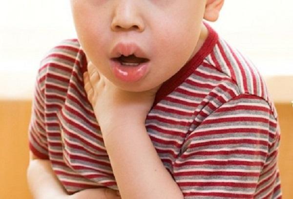 При появлении симптомов у ребенка скорую помощь следует вызывать незамедлительно