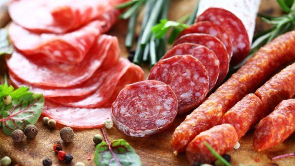 Колбаса и копченое мясо - плохое угощение для собаки