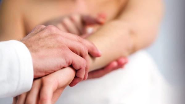 Часть паразитов проникает в организм человека через кожный покров, часть через ротовую полость