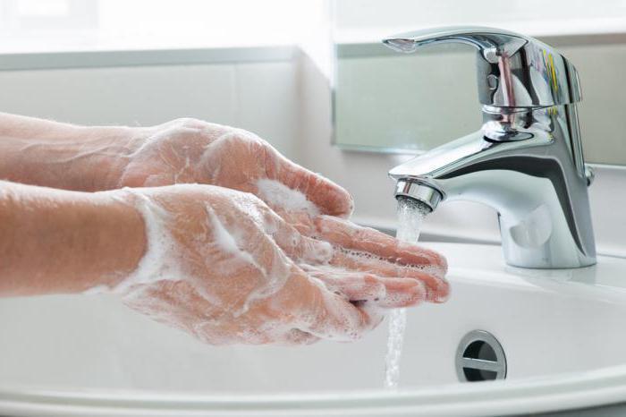 Перед введением лекарства обязательно моют руки