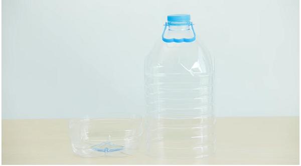 В первую очередь необходимо отрезать дно у одной из бутылей, регулировать высоту стенок вы можете сами