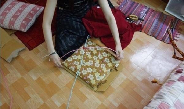 Каркас будущего домика собирается из вешалок, проволоки, подушки и картона