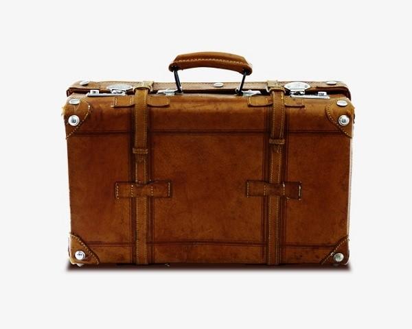 Старые чемоданы прекрасно подойдут для обустройства домика собакам, а они все еще есть на антресолях почти у каждой семьи