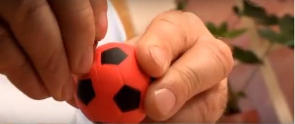 Мячик протыкаем проволокой или обыкновенной канцелярской скрепкой