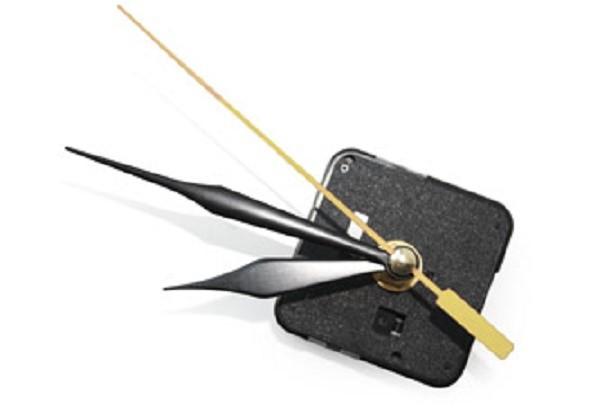 Для изготовления этого устройства вам понадобится часовой механизм. Не бойтесь, его можно вытащить из старых часов, а можно купить, сейчас они продаются повсеместно