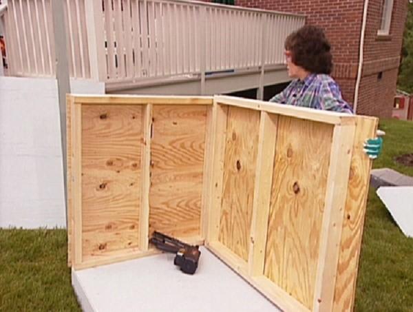 Как правильно прикрепить стены будки к полу