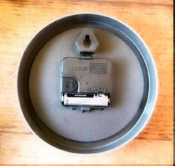 Если вы не поленитесь, можете заранее прорезать дырку в дне жестяной банки на уровне отсека для часового механизма, и аккуратно облепить ее глиной, таким образом, сохранив для себя возможность замены батареек в устройстве без необходимости отклеивать его от места расположения