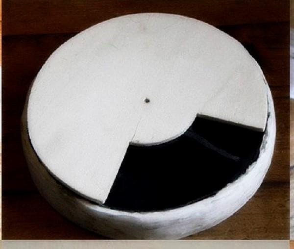 Крышка из фанеры должна повторять форму миски для печенья, и соответствовать ее размеру
