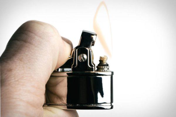 Чтобы сделать края отверстий более гладкими, нужно аккуратно опалить их зажигалкой