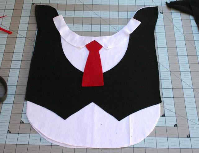 Вырезаем и прикладываем галстук и воротник