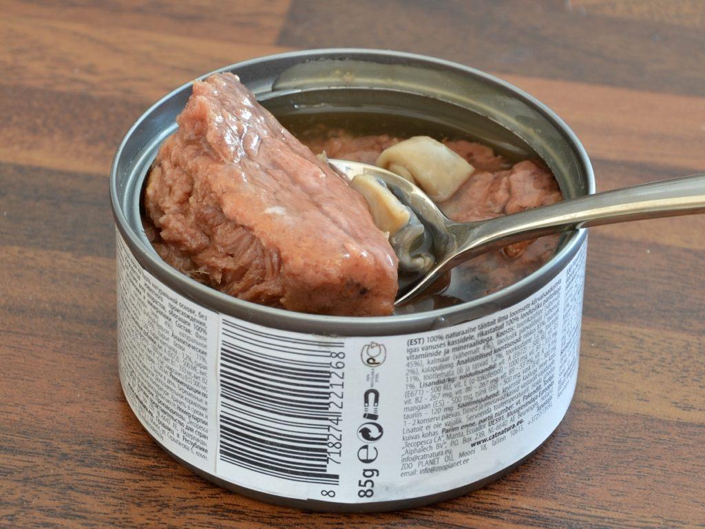 Главным недостатком консервированного корма является его сильный специфический запах