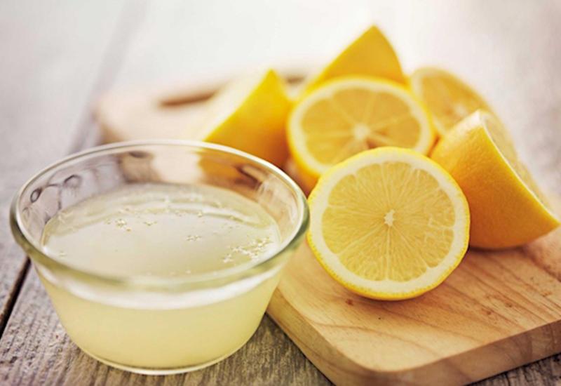 Лимонный сок следует использовать осторожно, поскольку он оказывает разъедающее воздействие