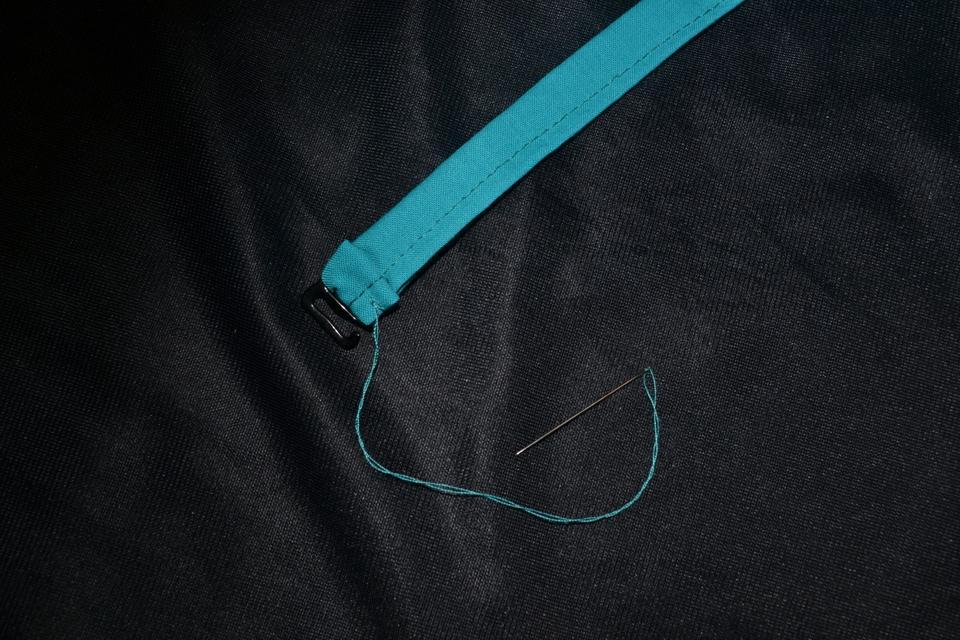 Шьем ленту для галстука и пришиваем крючок