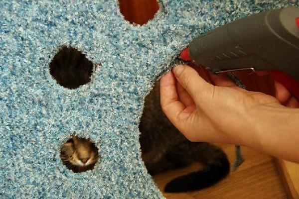 Приклеиваем при помощи имеющихся у нас приспособлений ткань к каждой стороне будущего кошачьего домика
