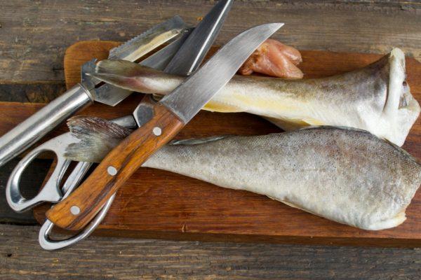 Чтобы избежать попадания костей в гортань, необходимо мелко нарезать рыбу