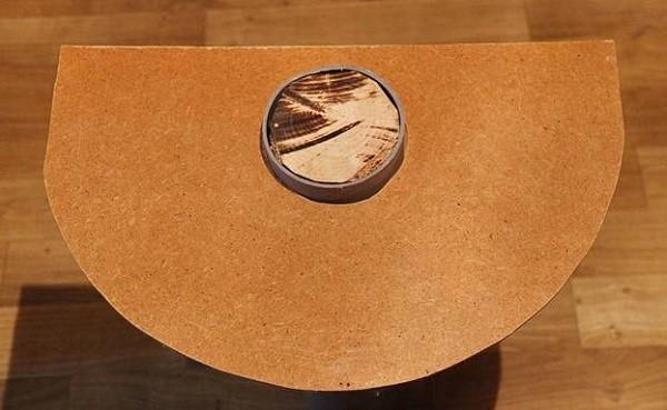 Отверстие в лежанке должно быть таким же, как и диаметр трубы с продетым внутрь брусом