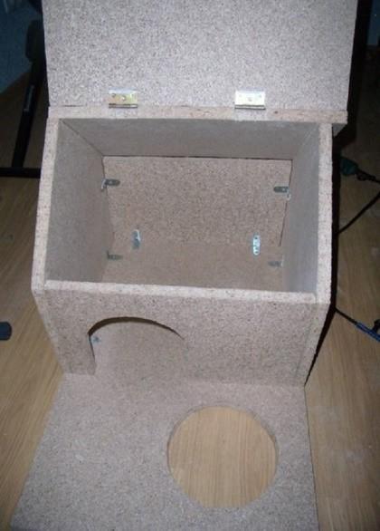 Одна из половин крыши должна быть посажена на петли ради облегчения уборочных мероприятий хозяина