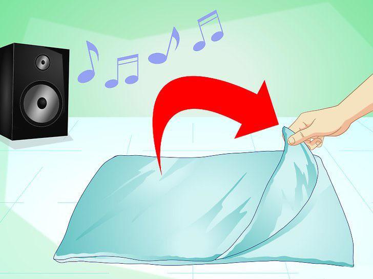 Для начала постелите что-нибудь мягкое и включите успокаивающие звуки природы