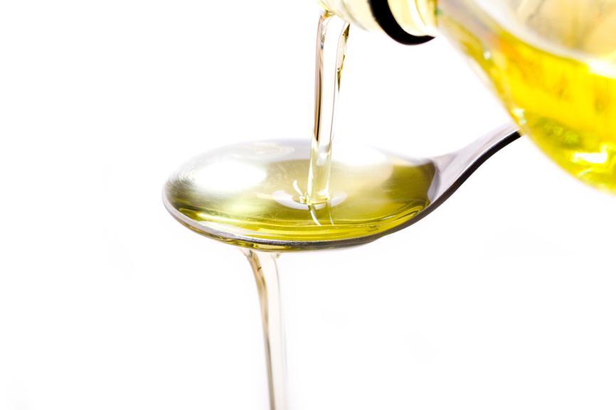 Ложка оливкового масла не только снабдит кошку растительными жирами, но и обезопасит ее от запоров
